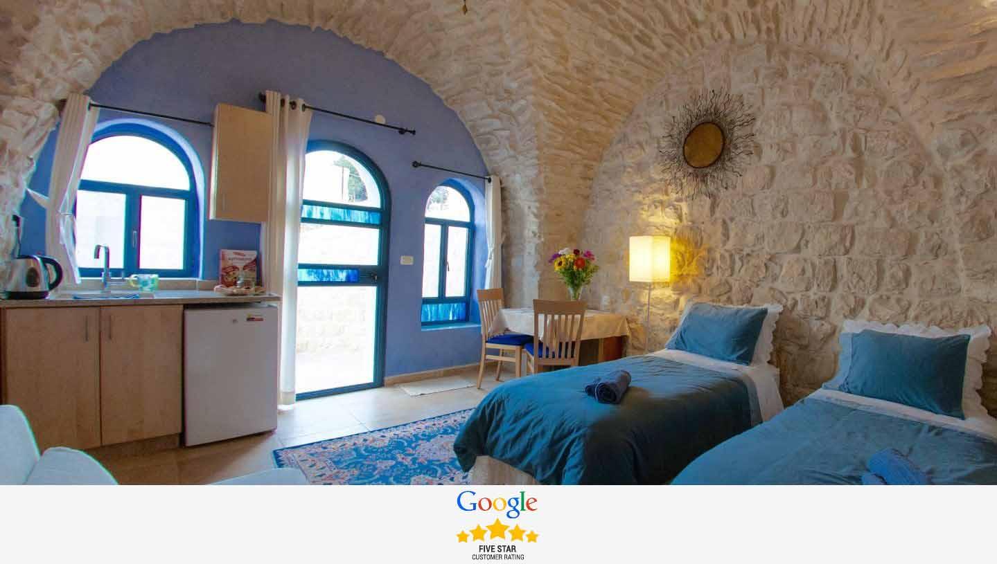 """""""מיטות יהודיות""""ניתנים לחיבור למיטה אחת זוגית גדולה או כשני מיטות יחיד נפרדות"""